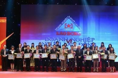 """Ông Phạm Quốc Súy - TGĐ VMS-South (thứ 3 bên trái) thay mặt VMS-South cùng 84 doanh nghiệp khác trong cả nước vinh dự nhận danh hiệu """"Doanh nghiệp vì người lao động"""""""