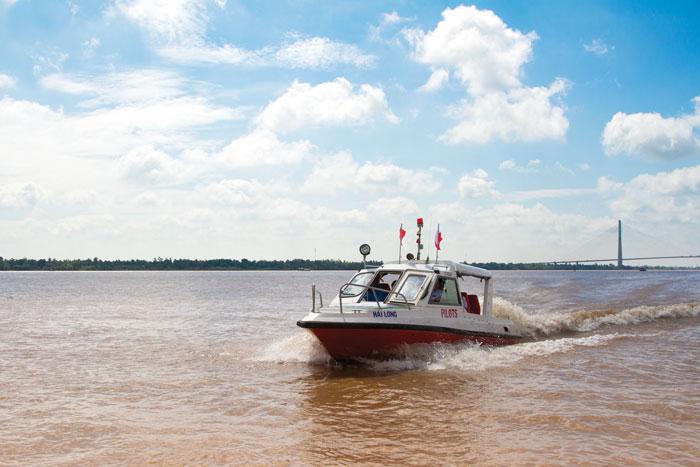 Cano Hoa tiêu trên luồng Sông Hậu