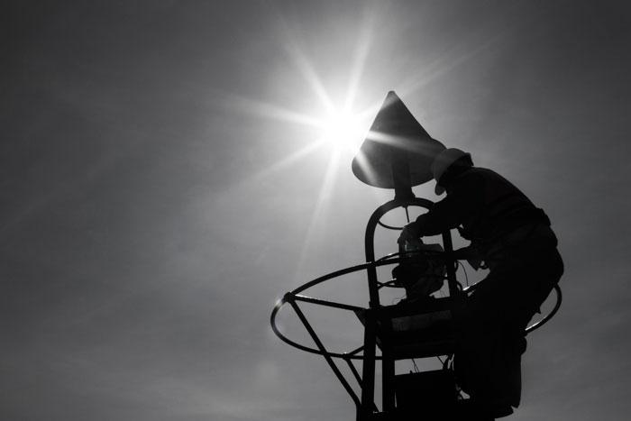 Công nhân sửa chữa phao báo hiệu hàng hải trên luồng Định An Cần Thơ