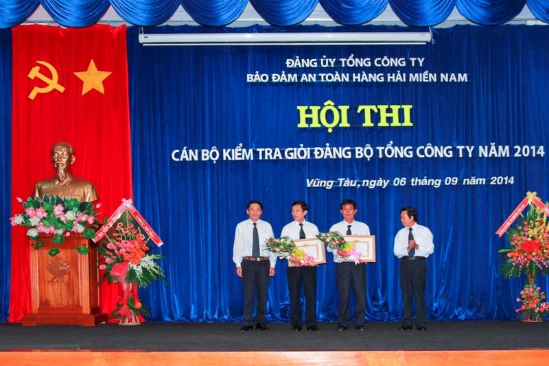 Trao giải cho các tập thể đạt thành tích cao trong Hội thi Cán bộ kiểm tra giỏi Đảng bộ Tổng công ty năm 2014