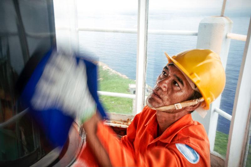 Công nhân hải đăng làm việc trên tháp đèn