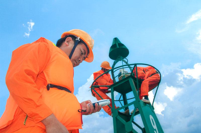 Công nhân sửa chữa, duy tu báo hiệu hàng hải trên luồng