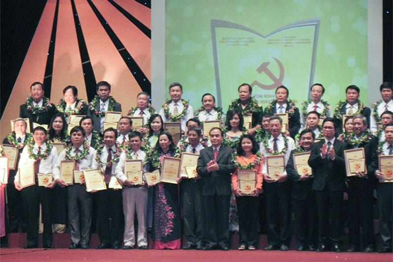 """Đảng bộ cơ sở TCT vinh dự đón nhận danh hiệu """"Tổ chức Đảng xuất sắc tiêu biểu"""" trong 100 tổ chức đảng doanh nghiệp trên toàn quốc do Ban Tuyên giáo Trung ương và Tạp chí cộng sản bình chọn năm 2011"""
