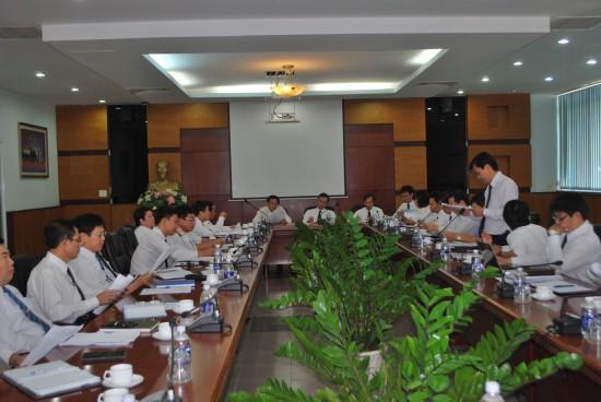 ÔngTrần Ngọc Ninh, Phó Trưởng phòng phụ trách Phòng KTKH báo cáo tình hình sản xuất kinh doanh của Tổng công ty 9 tháng đầu năm 2015