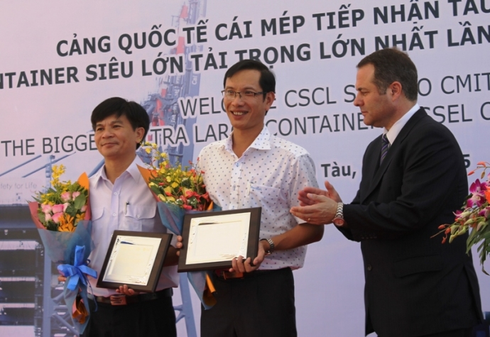 Đại diện CMIT trao tặng kỷ niệm chương cho Tổng giám đốc Tổng công ty BĐATHHMN và Giám đốc Cảng vụ Hàng hải Vũng Tàu