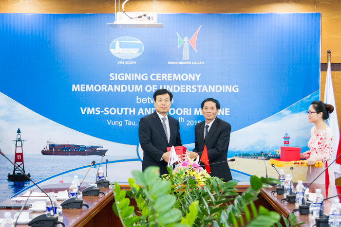 Ông Phạm Văn Quang tặng quà lưu niệm cho ông Lee Yong Jae