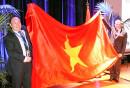 Thượng tướng Phạm Ngọc Minh – Phó Tổng Tham mưu trưởng QĐND Việt Nam kiêm Chủ tịch Ủy ban thủy đạc Việt Nam và ông Robert Ward – Chủ tịch IHO giới thiệu quốc kỳ Việt Nam tới các quốc gia thành viên IHO.