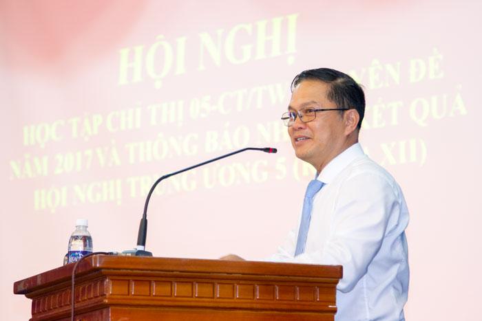 Thạc sỹ Hà Trung Thành, Giám đốc Trung tâm đào tạo nghiệp vụ và ngoại ngữ Học viện cán bộ Thành phố Hồ Chí Minh trình bày tại Hội nghị