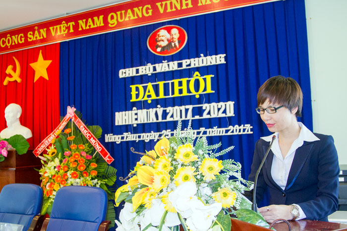 Đ/c Nguyễn Thị Thu Hồng, Phó Bí thư Chi bộ Văn phòng đọc báo cáo tại Đại hội