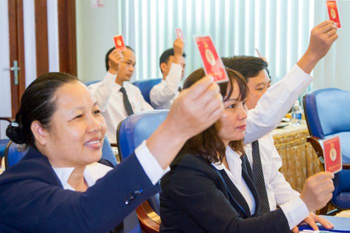 Các đảng viên Chi bộ Văn phòng biểu quyết với tinh thần nhất trí cao