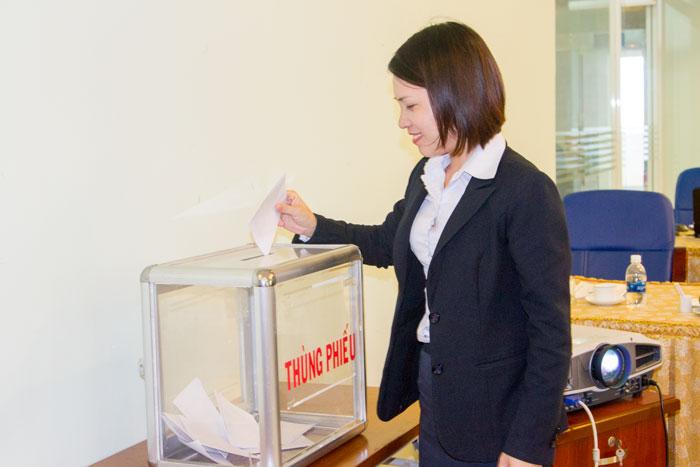 Các đảng viên Chi bộ Văn phòng nô nức bỏ phiếu bầu