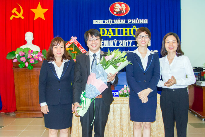 Đ/c Nguyễn Thị Thủy, Ủy viên BTV Đảng ủy Tổng công ty, Ủy viên BTV Đảng ủy Khối Văn phòng tặng hoa chúc mừng Chi ủy nhiệm kỳ mới