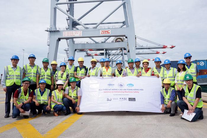Đoàn công tác chụp hình lưu niệm tại Cảng CMIT