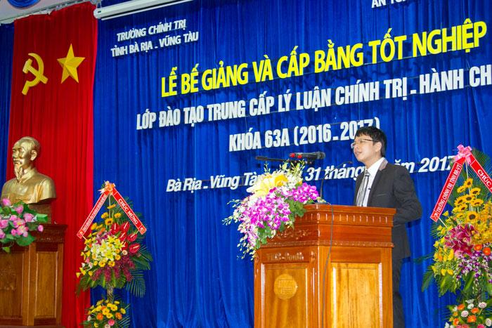 Lớp trưởng Phạm Quang Giáp thay mặt Lớp học phát biểu tại Lễ Bế giảng