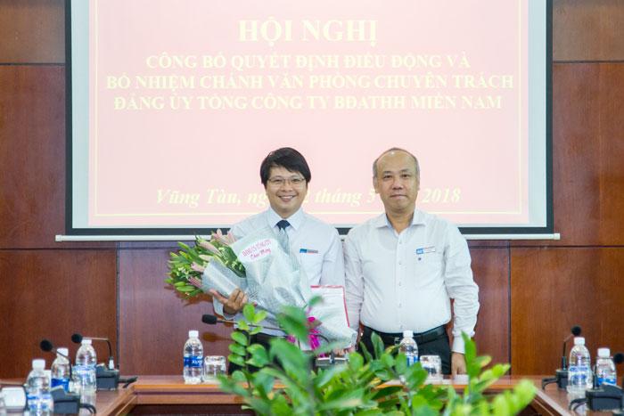 Đ/c Bùi Thế Hùng, Bí thư Đảng ủy, Tổng giám đốc Tổng công ty trao QĐ bổ nhiệm cho đ/c Phạm Quang Giáp
