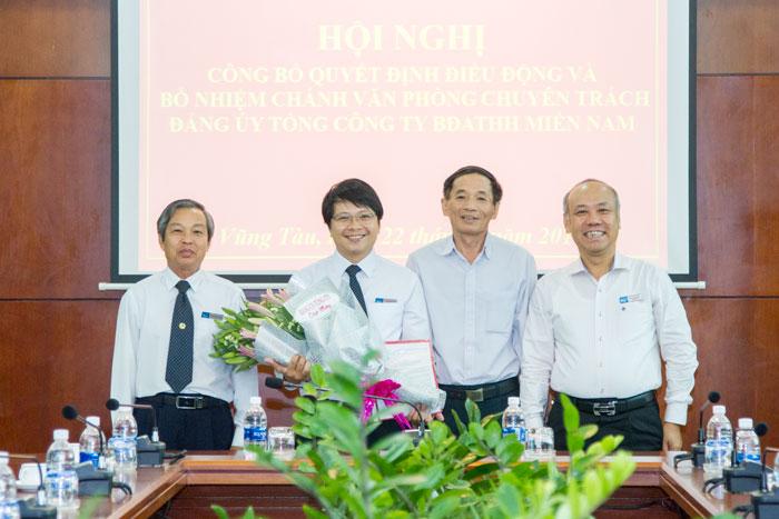 Đ/c Phạm Quang Giáp chụp hình lưu niệm cùng Ban lãnh đạo Đảng ủy Tổng công ty