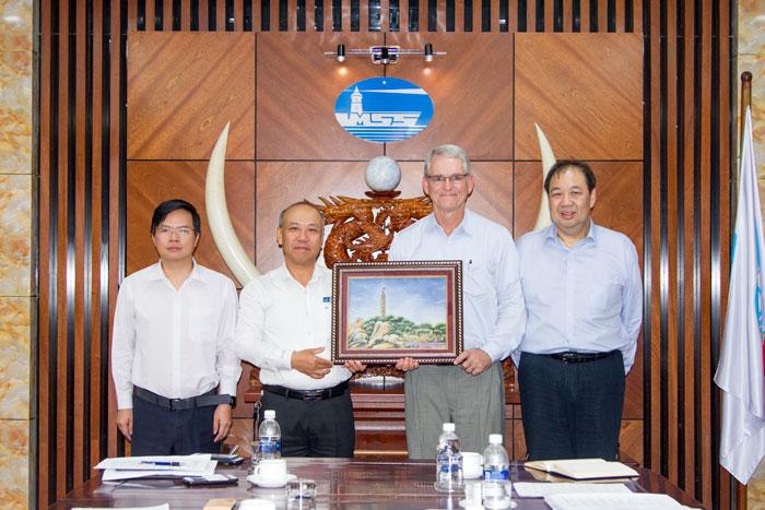 Ô. Bùi Thế Hùng, Tổng giám đốc VMS-South tặng quà Ô. Thomas Lamb, Giám đốc điều hành Công ty Pharos Marine Automatic Power nhân chuyến thăm và làm việc tại Tổng công ty