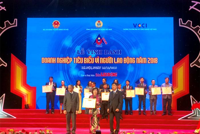 Bà Nguyễn Thị Thu An, Phó Tổng Giám đốc, đại diện Tổng công ty nhận bằng khen của Bộ LĐ-TB-XH