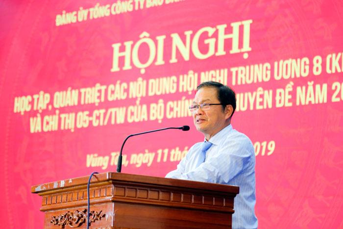 Đ/c Hà Trung Thành, thạc sỹ, giảng viên Học viện cán bộ TP. Hồ Chí Minh làm báo cáo viên tại Hội nghị