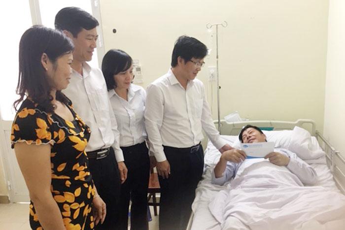 Đại diện lãnh đạo Tổng công ty Bảo đảm an toàn hàng hải miền Nam đến thăm hỏi, động viên ông Nguyễn Văn Tường, công nhân quản lý vận hành hải đăng An Bang