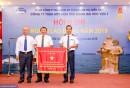 Đ/c Bùi Thế Hùng – Tổng giám đốc TCT trao cờ thi đua của Chính phủ cho Tập thể lãnh đạo Công ty