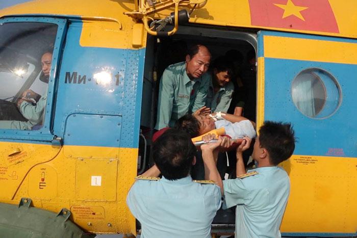 (Vietnamese) Dùng trực thăng đưa công nhân trạm hải đăng An Bang, quần đảo Trường Sa vào đất liền cấp cứu