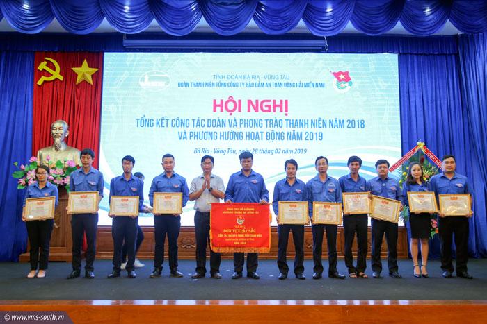 Đ/c Lê Văn Minh, Bí thư Tỉnh đoàn BR-VT trao tặng Bằng khen cho các tập thể, cá nhân đạt thành tích xuất sắc năm 2018
