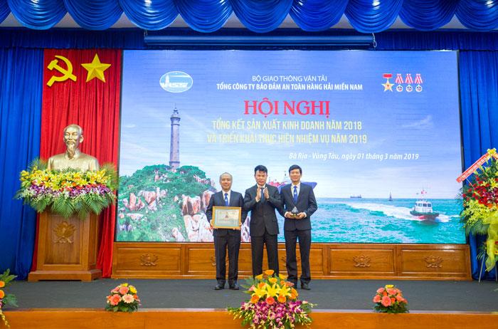 Ông Đỗ Nga Việt, Chủ tịch Công đoàn ngành GTVT Việt Nam trao danh hiệu Doanh nghiệp Vì người lao động năm 2018 cho Tổng công ty