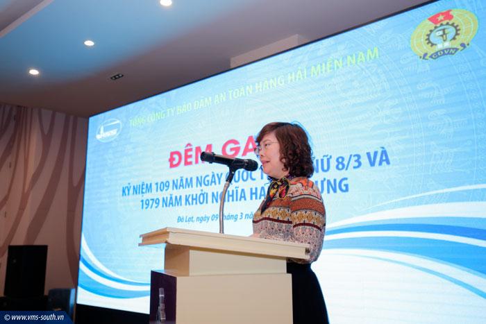 Đ/c Nguyễn Thị Thu An, Phó Tổng giám đốc, Trưởng ban Nữ công Công đoàn Tổng công ty báo cáo tại đêm gala