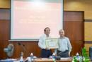 Đồng chí Bùi Thế Hùng, Bí thư Đảng ủy Tổng công ty trao tặng giấy khen cho Đảng bộ Công ty BĐATHH Đông Nam Bộ