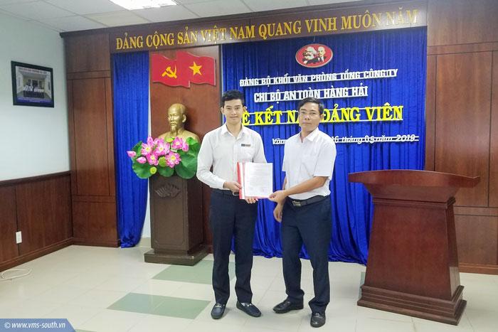 Đ/c Lưu Văn Hà - Bí thư chi bộ An toàn hàng hải trao QĐ kết nạp đảng viên cho đ/c Phạm Nguyễn Đăng Khoa