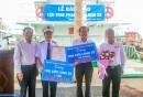 Chủ tịch HĐTV Phạm Văn Quang và Tổng giám đốc Bùi Thế Hùng tặng hoa và quà cho thuyền viên tàu Cửu Long 02