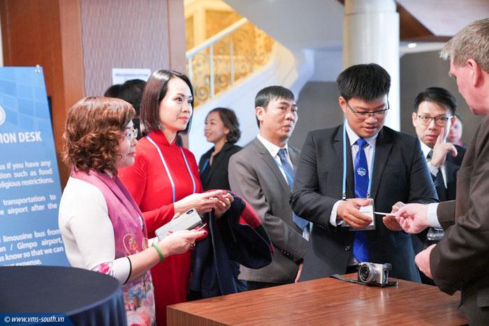 Đoàn công tác Việt Nam trao đổi với đại biểu tham dự