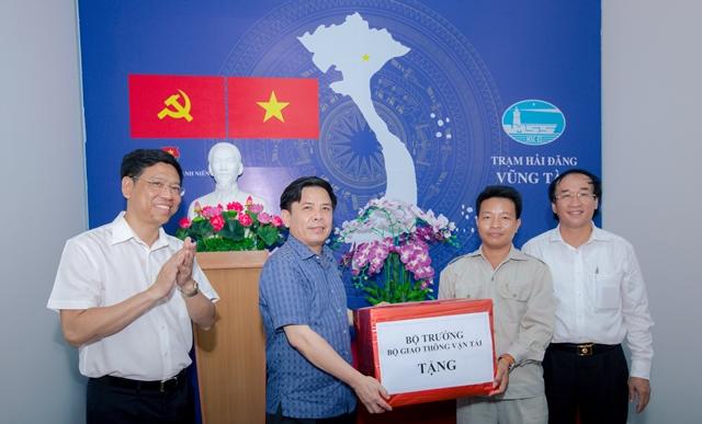 Bộ trưởng thăm và tặng quà cho trạm hải đăng Vũng Tàu, Công ty BĐATHH Đông Nam Bộ