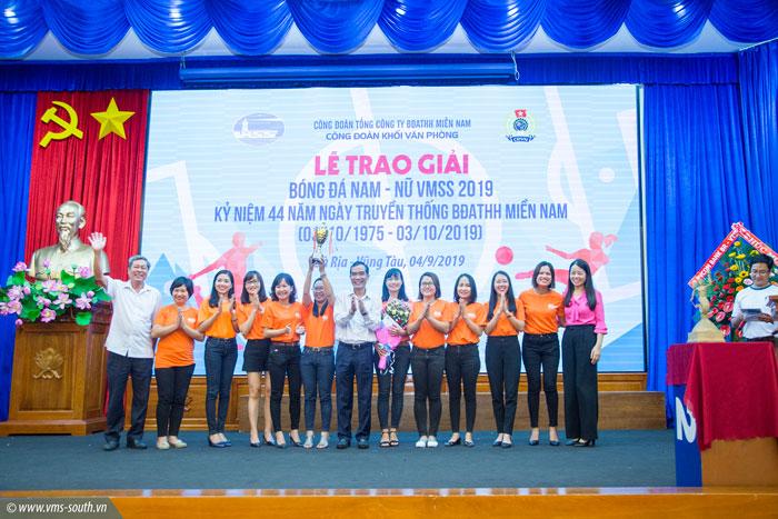 Đội bóng Liên quân Báo Bà Rịa Vũng Tàu – PVcomBank nâng Cup vô địch giải bóng đá nữ VMSS Cup 2019