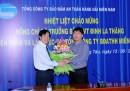 Tổng Giám đốc Phạm Đình vận tặng hoa chào mừng Bộ trưởng