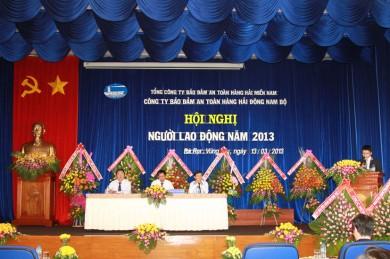 Ông Phạm Quang Giáp - Phó GĐ Công ty đọc báo cáo tổmng kết nhiệm vụ sản xuất kinh doanh nă 2012 và phương hướng nhiệm vụ sản suất kinh doanh năm 2013