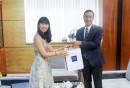Bà Jinju Lee, Giám đốc marketing quản lý chung thị trường quốc tế Công ty Công ty Woori Marine tặng quà ông Phạm Quốc Súy - TGĐ VMS-South
