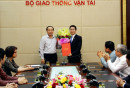 Thứ trưởng Nguyễn Hồng Trường trao Quyết định và hoa cho ông Trương Việt Đông.