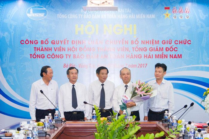 Ông Bùi Thế Hùng chụp hình lưu niệm cùng Thành viên Hội đồng Thành viên Tổng công ty