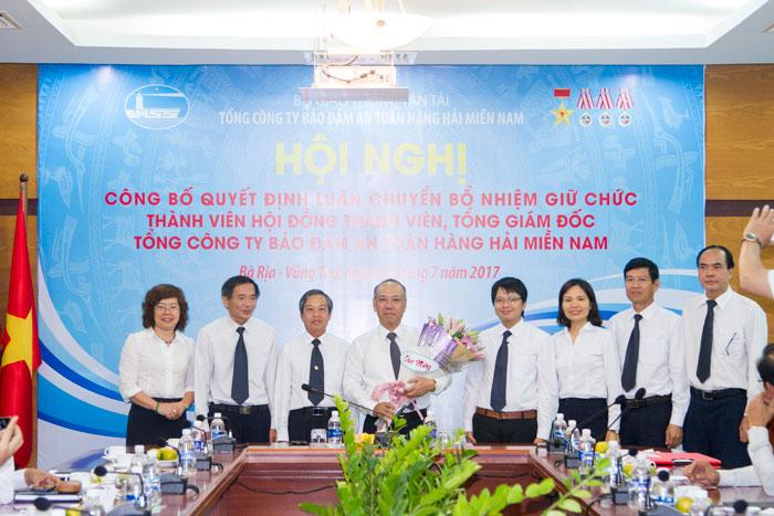 Ông Bùi Thế Hùng chụp hình lưu niệm cùng Ban Thường vụ Đảng ủy Tổng công ty