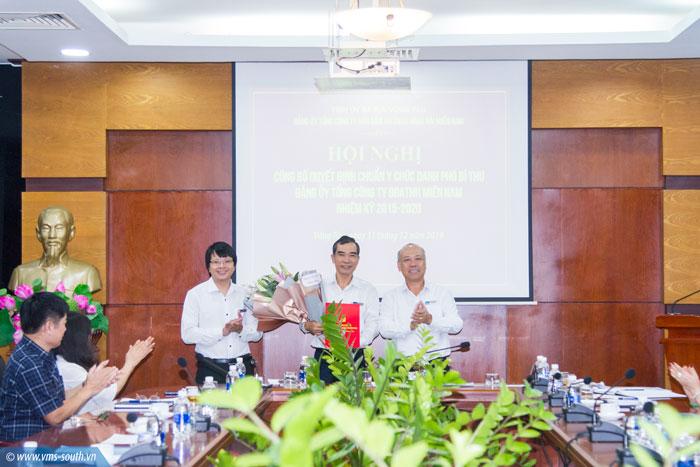 Đ/c Bùi Thế Hùng, Bí thư Đảng ủy, Tổng giám đốc Tổng công ty trao QĐ chuẩn y chức danh Phó Bí thư Đảng ủy Tổng công ty cho đ/c Quách Đình Hùng