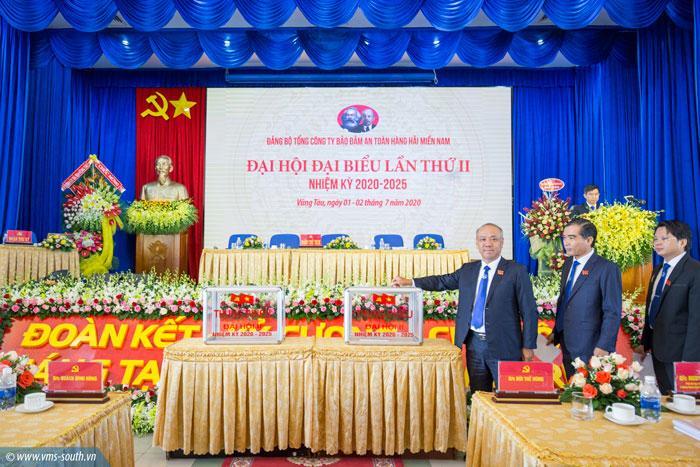 Các đại biểu bỏ phiếu bầu chọn Ban chấp hành Đảng bộ nhiệm kỳ 2020 - 2025.