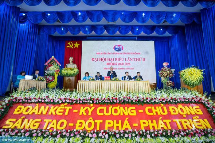 Đoàn chủ tịch điều hành đại hội.