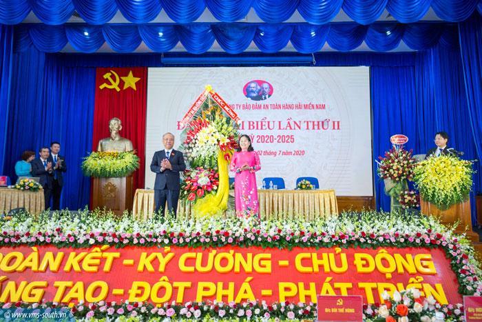 Đồng chí Nguyễn Thị Yến, Phó bí thư thường trực Tỉnh ủy, Trưởng đoàn đại biểu quốc hội tỉnh BR-VT tặng hoa cho Đảng bộ VMS-South