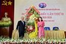 Đồng chí Nguyễn Thị Yến, Phó bí thư TT Tỉnh ủy, tặng hoa chúc mừng đại hội.