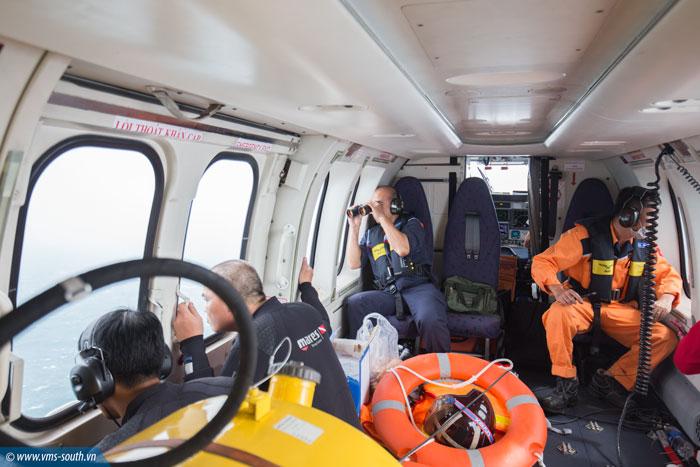 VMS-South điều động trực thăng tìm kiếm, cứu nạn 02 công nhân hải đăng Hòn Hải bị sóng lớn cuốn trôi, mất tích